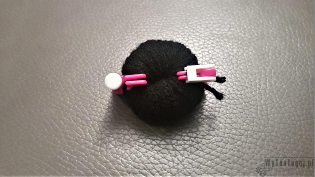 Making of black and white pom pom