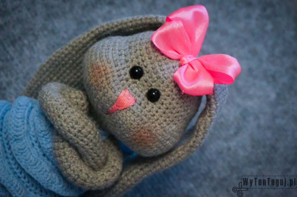Amigurumi bunny has a beautiful pink bow