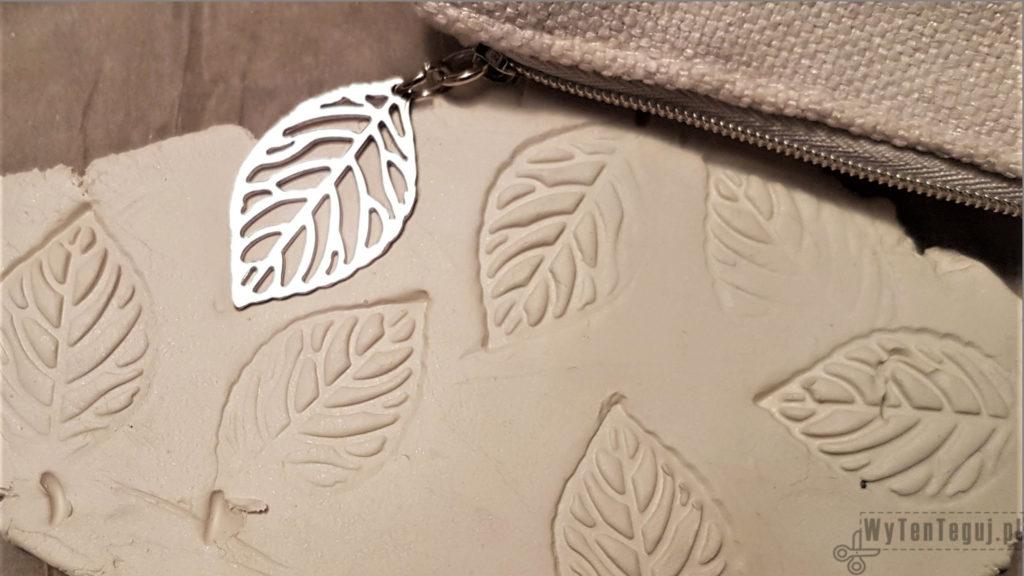 Pattern from leaf-shaped pendants