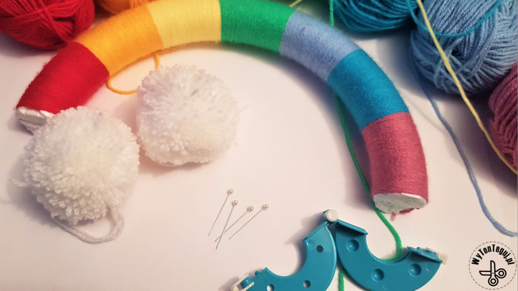 Preparation of pomp oms for the ends of the rainbow wreath