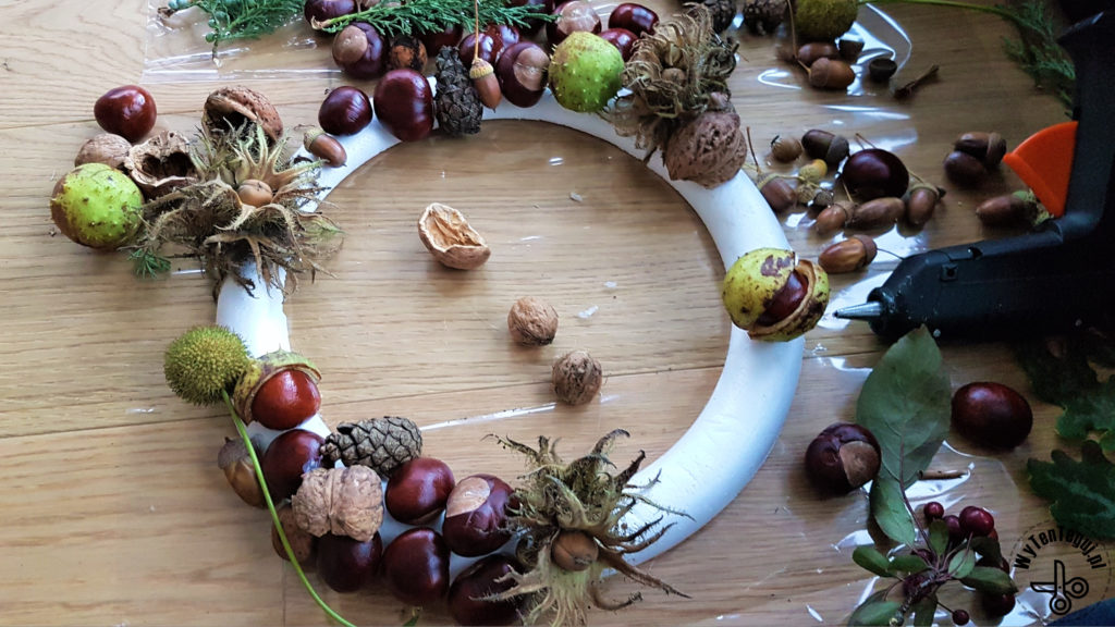 How to make autumn wreath with chestnuts, pine cones, acorns and nuts