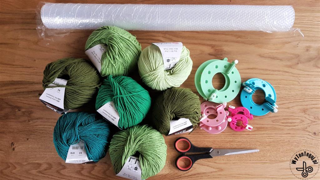 Supplies for the pom pom rug