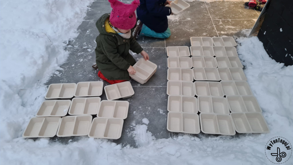 Preparing trays in order to produce ice bricks