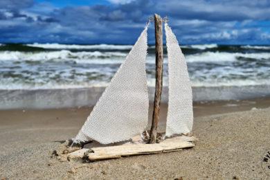 Łódka z patyków jako ozdoba stylu marynistycznym