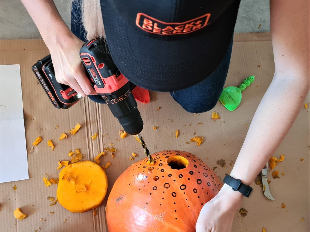 Drilling holes in the pumpkin according to the pattern